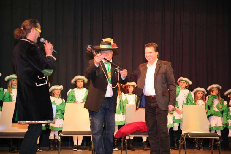"""Kanzler """"Hans von Steinfeld"""" prüft, ob ihm der Bürgermeister wohl den richtigen Schlüssel übergeben hat"""