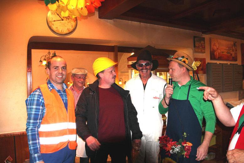Andi Rohrer, Franz Pichler, Ingo Jahn u. Wolfgang Rohrer mit Tombola-Gewinner Fritz Mühlböck (Mitte)