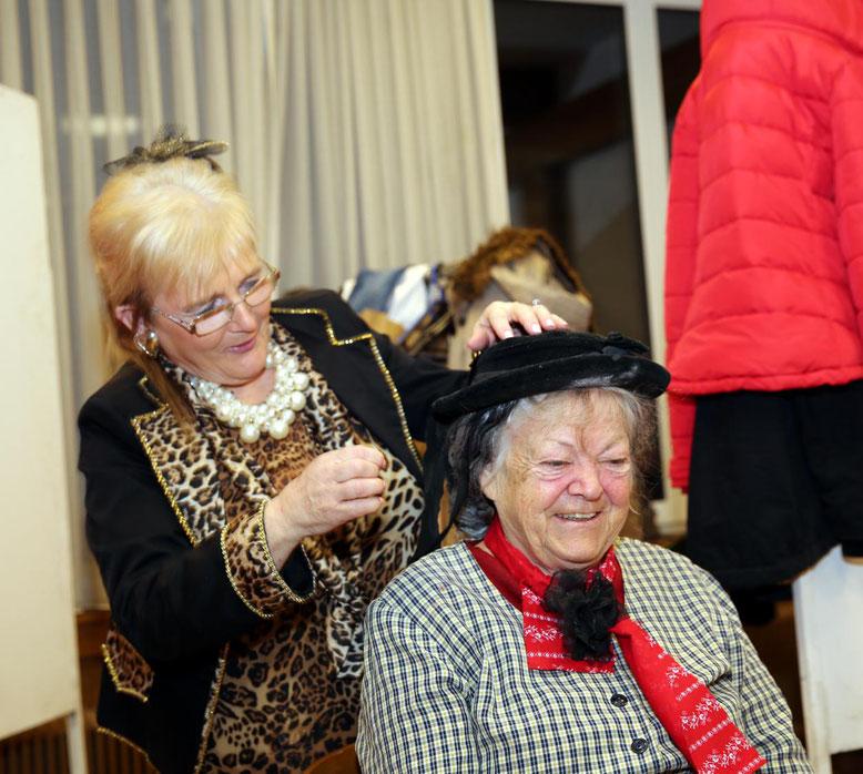 Helga Lusar und Traudl Stopper adjustieren sich
