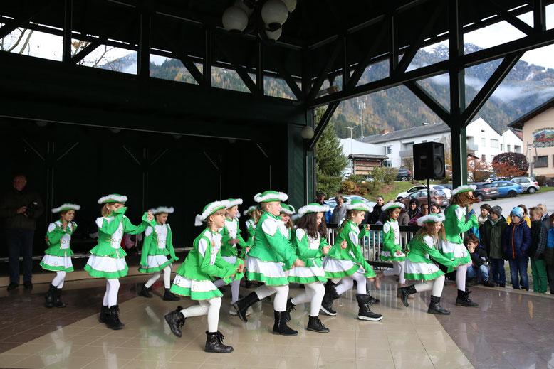 die Schülergarde begeisterte die Zuseher mit ihren Tanzeinlagen