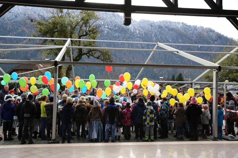 74 Ballons (74 Schüler), kurz bevor sie in den Himmel schwebten