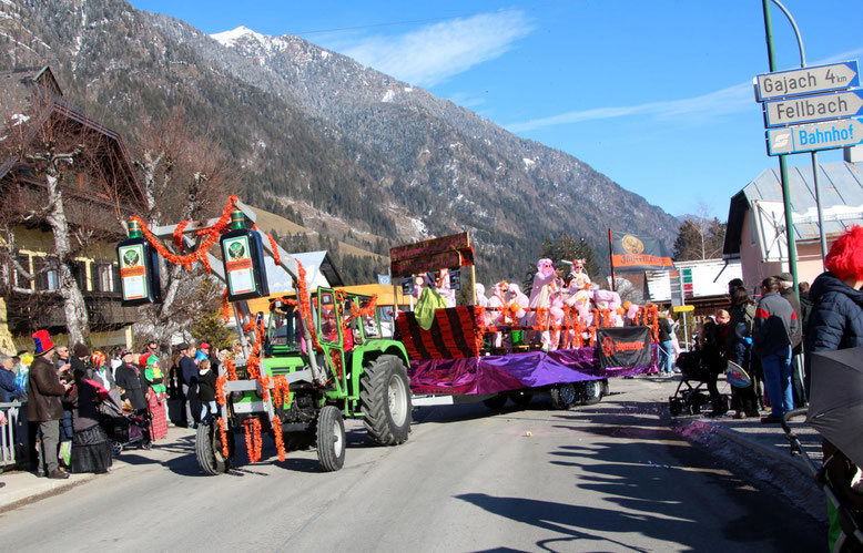 """zahlreiche Mitglieder der Faschingsgilde Steinfeld befanden sich auf dem Wagen der """"Gerlamooser Schweinchen"""" mit Olympiasieger Fritz Strobl"""