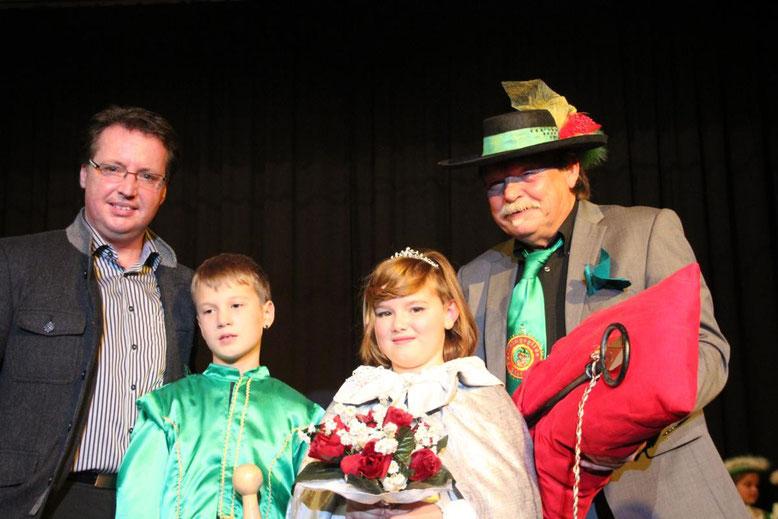 """der Kanzler """"Hans von Steinfeld"""" und der Bm. Ewald Tschabitscher mit dem Kinderprinzenpaar bei der Schlüsselübergabe"""