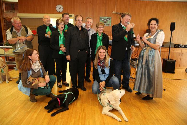 Vorstand und Minister mit Heimleiterin Erika Stonig und den Therapiehunde - Betreuerinnen