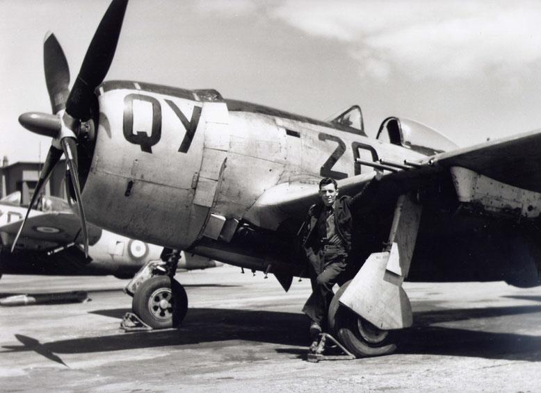 Guy Fruchart devant un F47 à Oran pendant son service militaire 1957 ou 1958