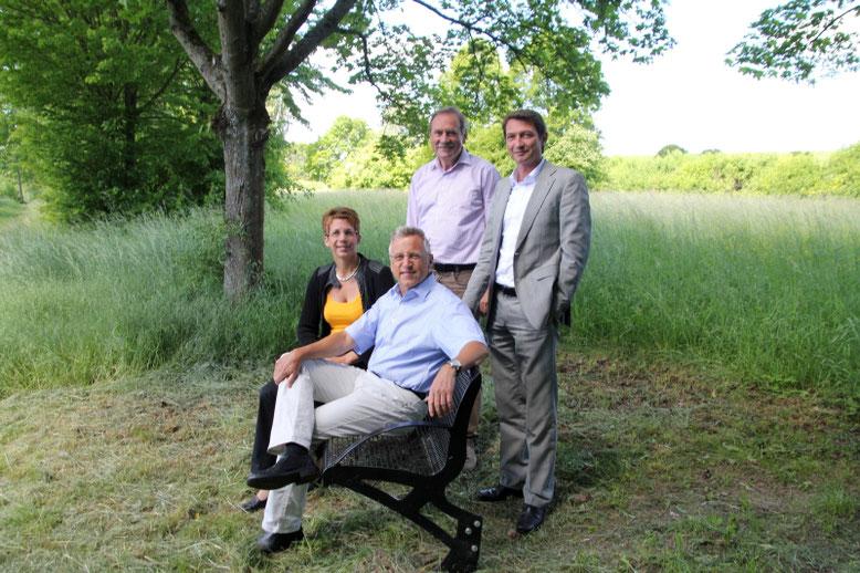 Roland Gärtner, Heidi Hehl und Wolfgang Wörner von der Bürgerstiftung Flein freuen  sich zusammen mit Bürgermeister Alexander Krüger über die neue Sitzbank am Fleiner     See