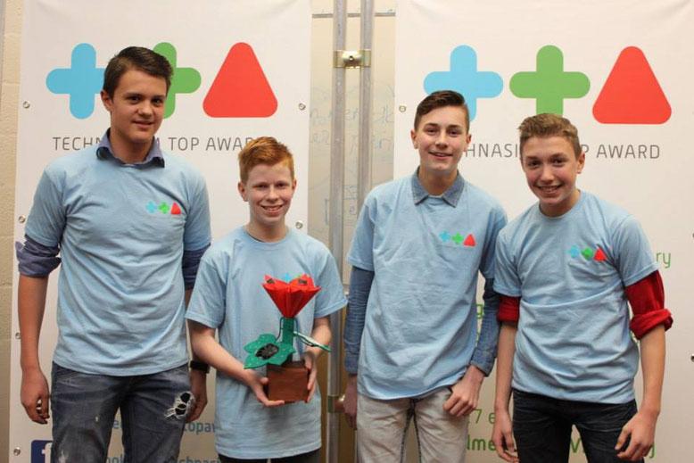 De leerlingen van het d'Oultremontcollege met een model van hun idee voor energieleverend bouwen met behulp van biomimicry.