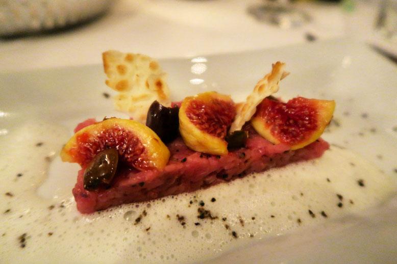 Gang 4 im Didi`s Frieden: Carne cruda mit Maggiapfeffer an Sardischen Brot, Taggiasca-Ohren und frische Feigen