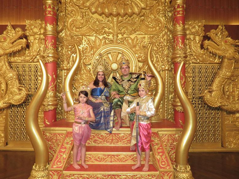 Com roupas tradicionais da família real tailandesa