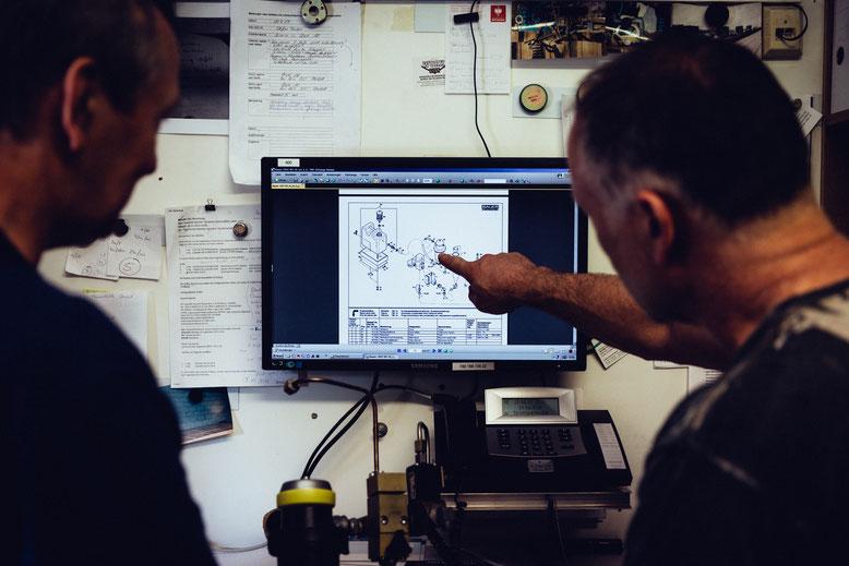 zwei-taucher-vor-einem-computerbildschirm
