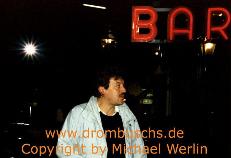 "Michael Werlin 1989 vor dem ""Maxim"" bei den Dreharbeiten in Darmstadt"