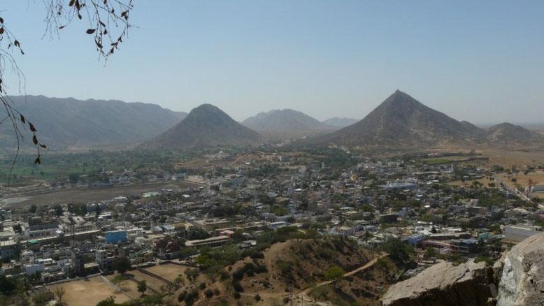 La petite ville sainte de Pushkar (et son lac a sec..) entourée de collines