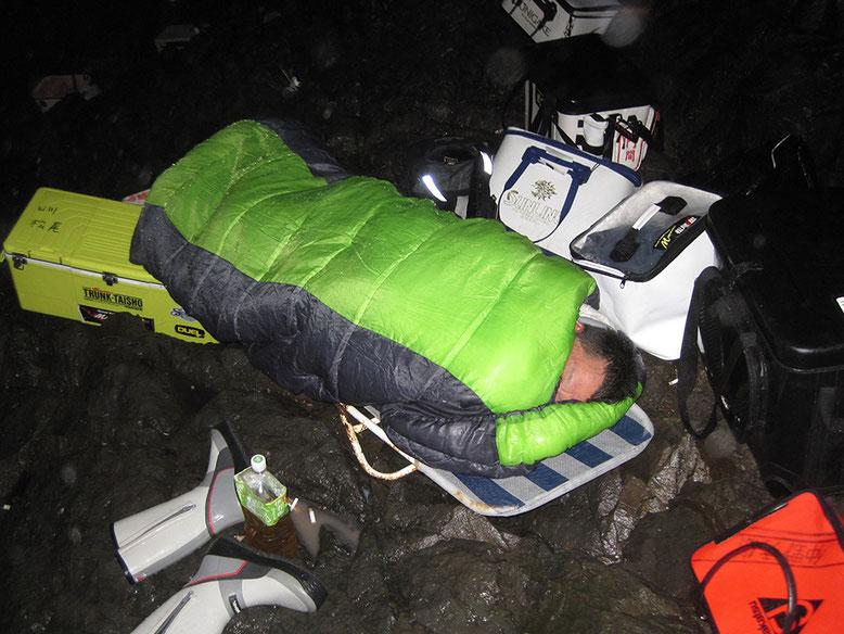 雨の中、寝る男\(^o^)/