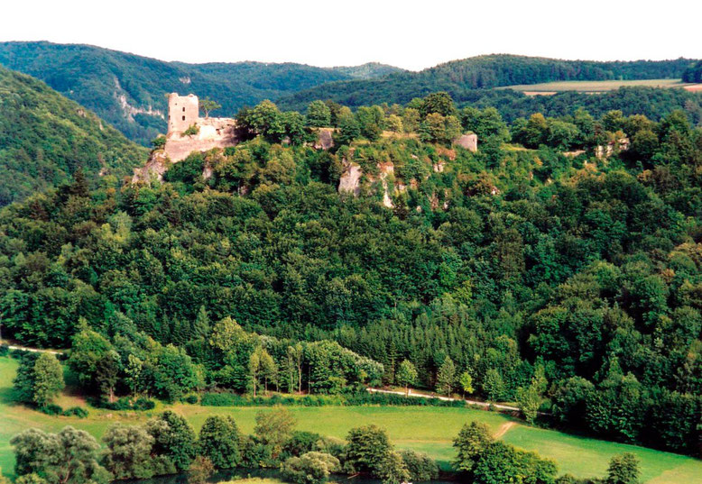 Wohnturm-Ruine und Ausdehnung des Neideck-Burgareals vom gegenüberliegenden Streitberg gesehen.