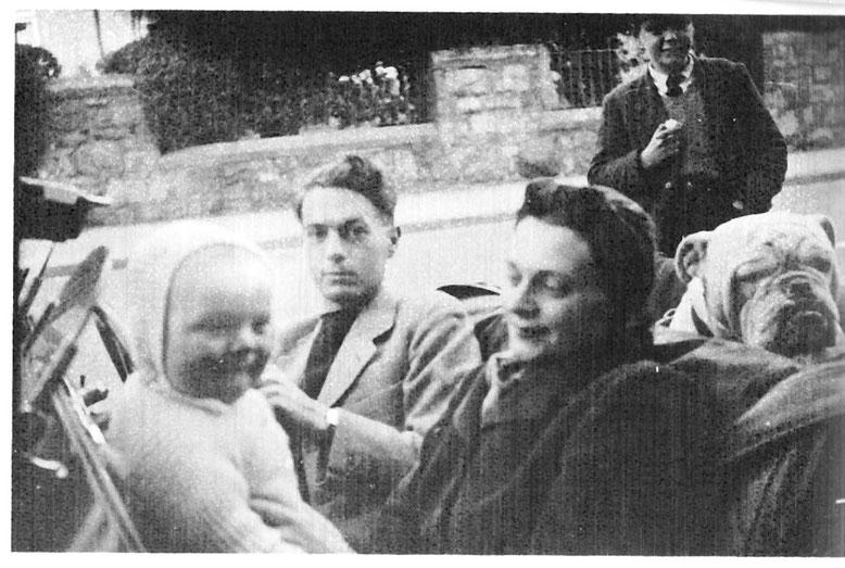 """Captain Hilton Jones privat mit Frau Edwina, Baby und 3 troop """"Maskotchen"""" 1942 in Wales"""
