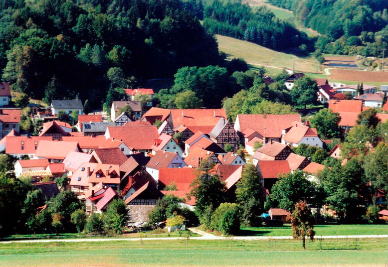 Der Ortskern von Stübig bei Scheßlitz im oberfränkischen Landkreis Bamberg, aufgenommen im Sommer 2003.