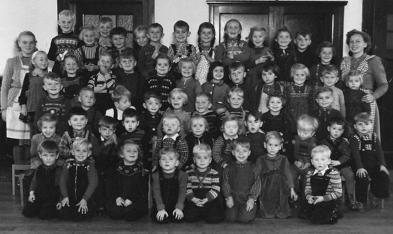 Die Kinder des Kindergartens in Erlangen-Bruck am Sandberg, wahrscheinlich 1952. Ich bin der Vierte von rechts in der zweiten Reihe von unten (wie üblich mit offenem Mund)