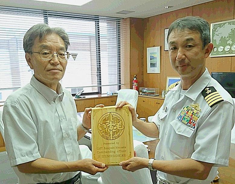 (左)安達行彦 清水港管理局長 (右)本山勝善 海上自衛隊護衛艦いずも艦長