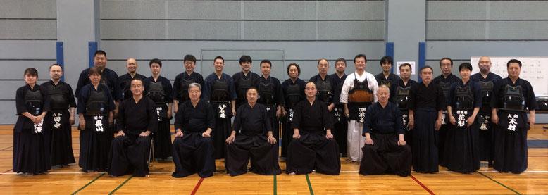 最前列左から、織口先生、小山先生、戸塚会長、飛知和先生、石神先生