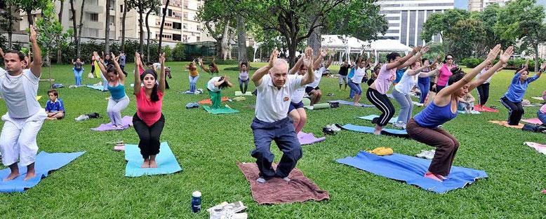 Un grupo de personas practicando deporte al aire libre. Fotografía: bcn.cat