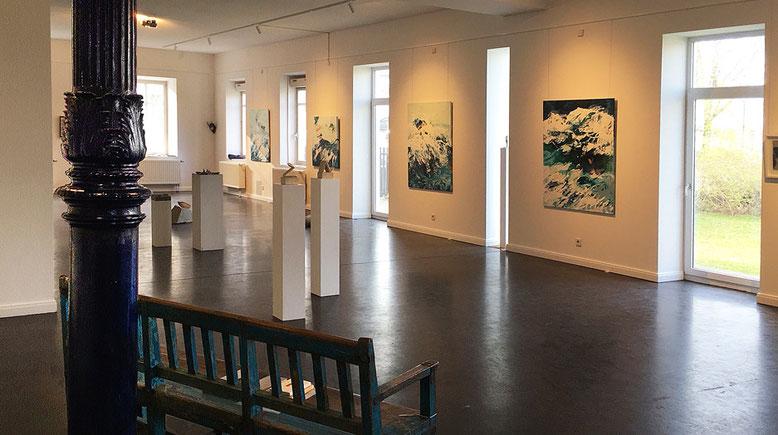 Blick in den großen Raum der Ausstellung