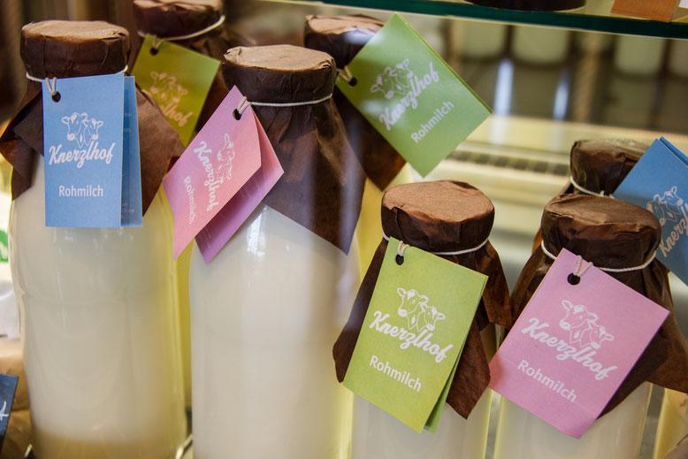 Diese Bild zeigt einen Korb mit drei Milchflaschen mit bester Holstein Milch