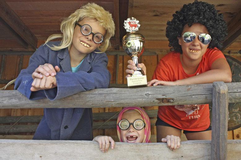Die Preisträger des Sommerkinos 2014 sind in diesem Jahr auch wieder mit einem eigenen Streifen dabei: Julius (l.) und Hermine Meier (u.)  mit Lara Schinschke (r.)