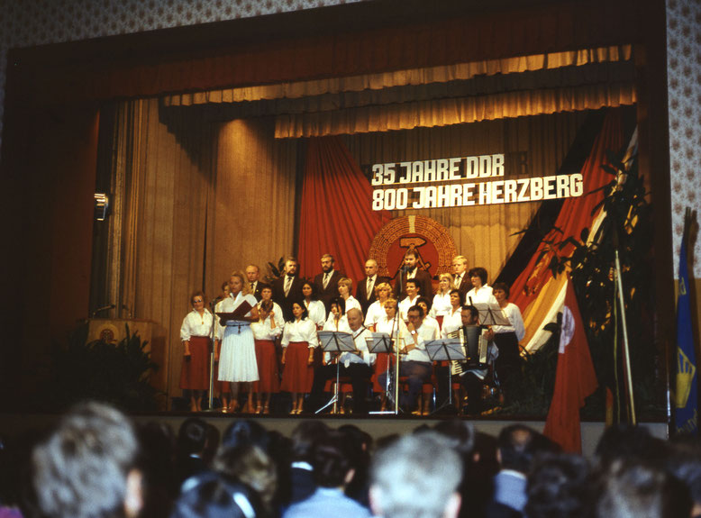 Musik durfte bei der Festveranstaltung zur 800 Jahrfeier nicht fehlen, etliche Sänger vom Verein Pro Musica sind zu erkennen.