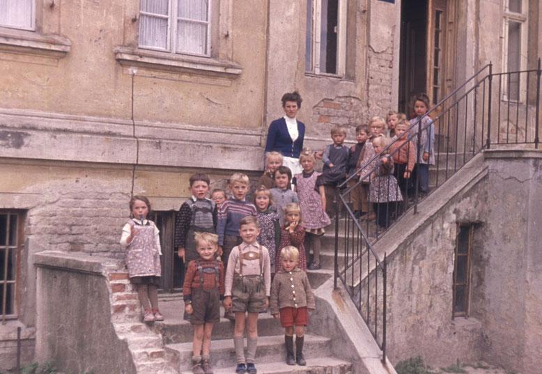 """Das Orginial-Dia enthielt nur den Bleistiftschriftzug """"Wildenau"""". Handelt es sich um eine Kindergartengruppe?"""