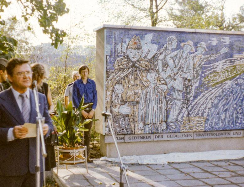 Einweihung des Denkmals für die gefallenen Sowjetsoldaten und Antifaschisten, links Bürgermeister Gerhard Pohl.