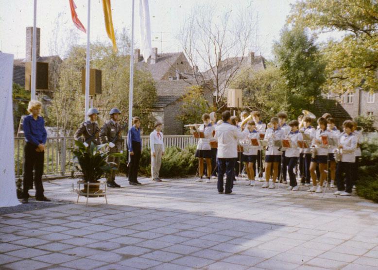 NVA-Soldaten, Schüler und das Jugendblasorchester - ein Festakt, wie man ihn oft in der DDR gefeiert hat.