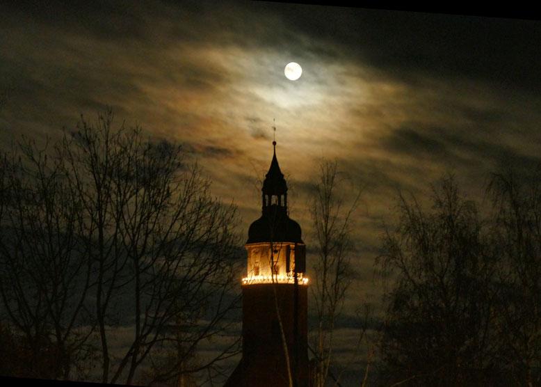 Mond über St.-Marien am ersten Adventssonntag 2020
