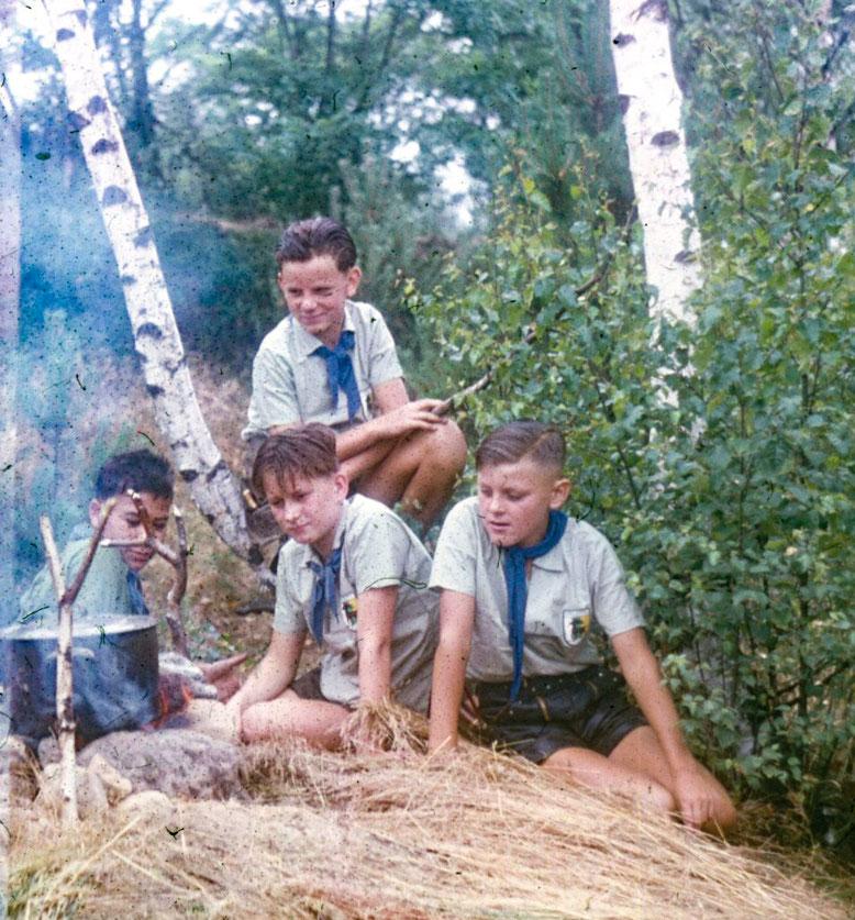 Schüler am Lagerfeuer - Der Herzberger Heimatforscher Helmut Knuppe ging oft mit Schülern auf Entdeckungsreise, auch ins Oelsiger Luch.