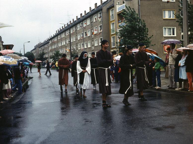 Festumzug 1984: Witzige Mönche und Nonnen und im Hintergrund reichlich DDR-Flaggen in der Friedrich-Engels-Straße.