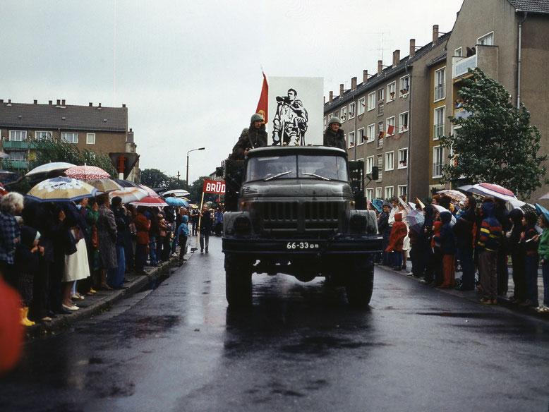 Der große Bruder feierte 1984 mit. Sowjetische Militärfahrzeuge beim Festumzug zur 800-Jahrfeier 1984.