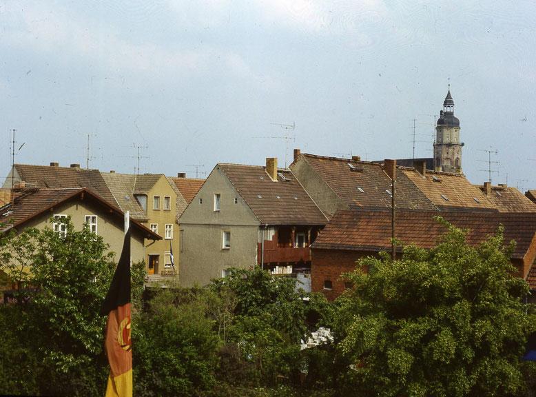 Zeitlos schön - der Blick auf den Kirchturm vom Dach des alten Kreiskulturhauses, das nach der Wende abgerissen worden ist. Der Kirchturm noch ohne Anstrich, dafür mit Schornstein der Türmerwohnung.