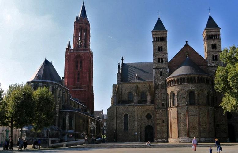 Sint Janskerk (links) und Servaasbasiliek (rechts) am Vrijthof in Maastricht