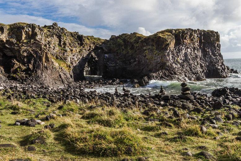 Höhlen und Klippen bei  Hellnar