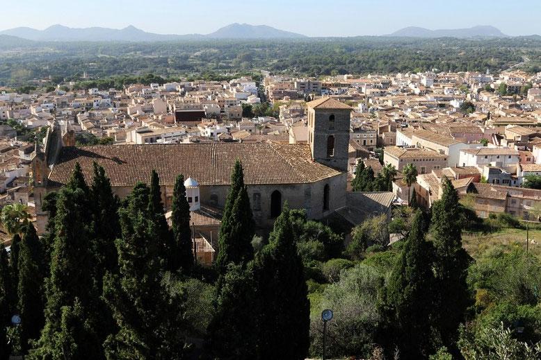 Blick von der Wallfahrtskirche Santuari de Sant Salvador auf Arta