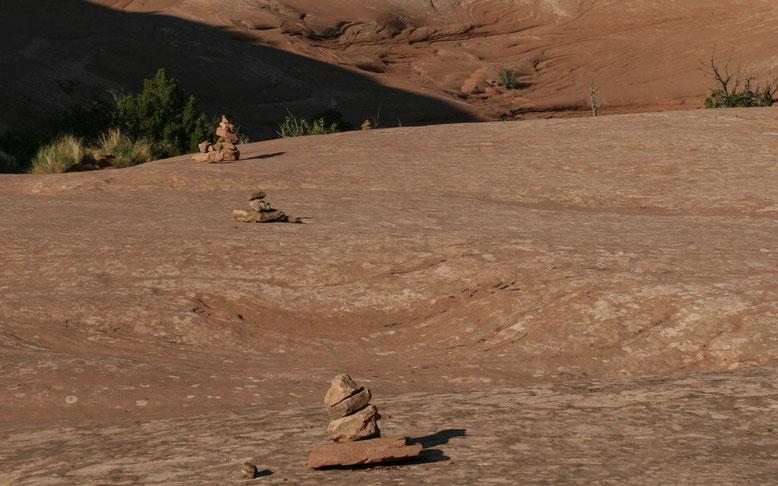 Wieder zeigen Steinmännchen den Weg