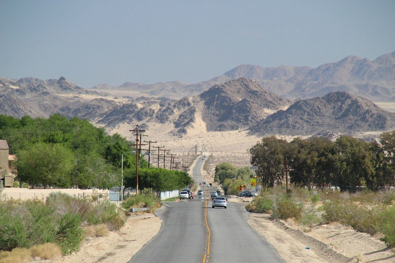 Amboy Road, im Hintergrund die Sheep Hole Mountains