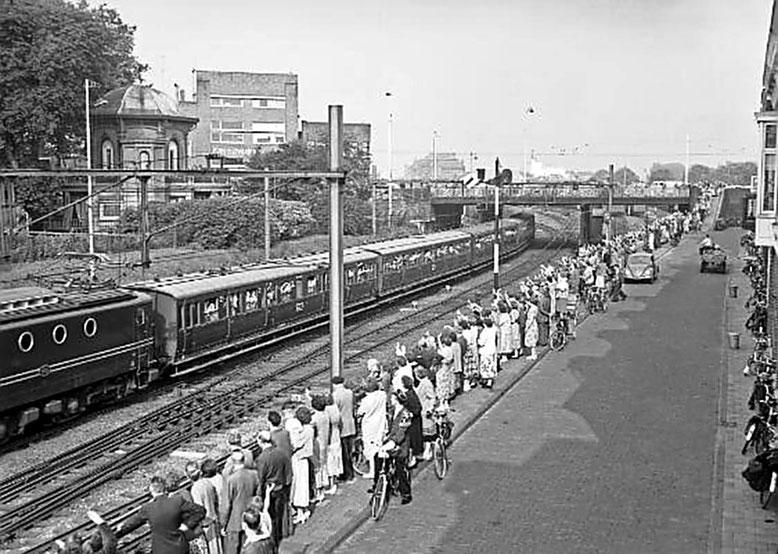 Uitzwaaien van de kinderen die naar het jaarlijkse kinderfeest gaan juli 1950 Lodewijkstraat