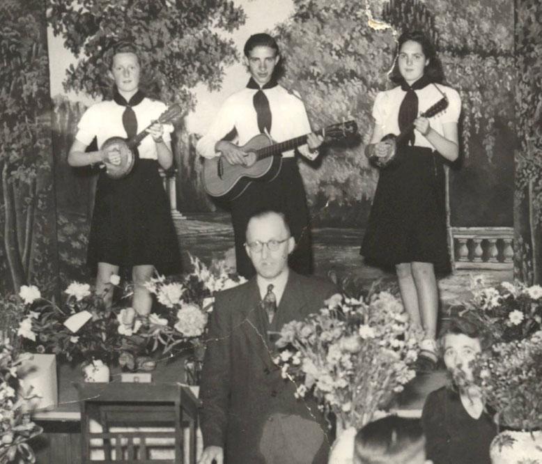Begin jaren veertig bij de Speeltuinvereniging Oosterpoort. In het midden Gerrit Jan Ekelmans de meisjes heten allebei Grietje