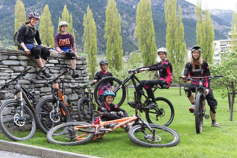 Schweizer Downhill Team Pink Gravity und TRAIL-QUEEN Botschafterinnen Miriam und Cait am TRAIL-QUEEN Weekend. Bilder von Giorgia Müller