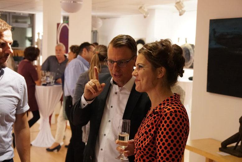 Künstlerin bei ihrer Vernissage in Dresden - auf dem Foto auch ihr Galerist Thomas Stephan