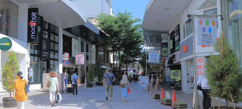 商店街を探索する歩行者を意識した看板