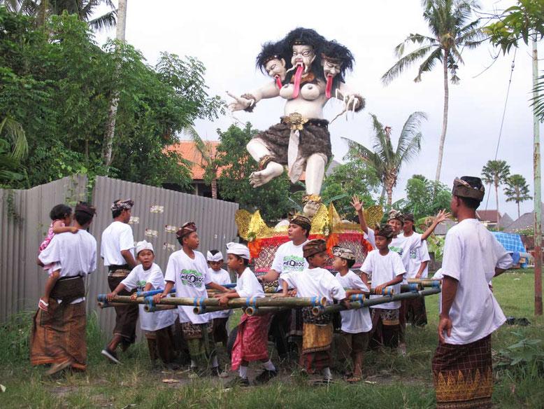 Nyepi: il giorno del silenzio a Bali. Bambini con Ogoh Ogoh
