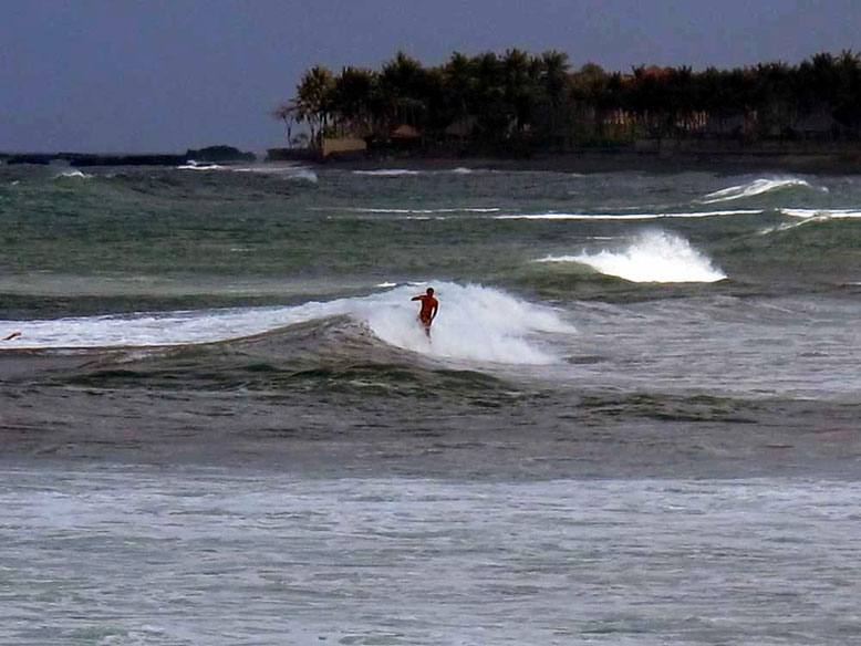 Surf in Canggu Beach (Photo by: Gabriele Ferrando)
