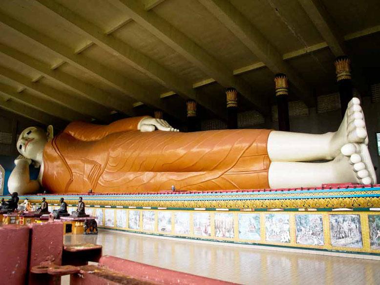 Kota Bharu. Il Buddha dormiente nel tempio Wat Phothivihan