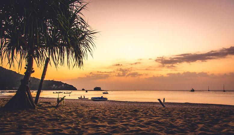 Viaggio di gruppo a Phuket. Tramonto in spiaggia